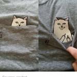 poche du t-shirt avec un dessin de chat qui fait un fuck
