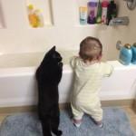 chat et bébé accoudés à la baignoire !